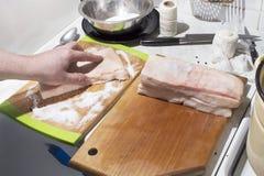 Preparação da carne para fumar Fotografia de Stock