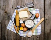 Preparação da massa Ingredientes para a massa - ovos, manteiga, farinha, sal e ferramentas na tela Imagens de Stock Royalty Free