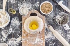 Preparação da massa para o pão, pizza, configuração lisa do alimento na aba da cozinha Foto de Stock Royalty Free