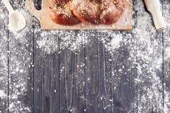 Preparação da massa para o pão, pizza, configuração lisa do alimento na mesa de cozinha Trabalhando com farinha, ovos, passas, se Imagens de Stock Royalty Free