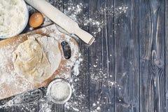 Preparação da massa para o pão, pizza, configuração lisa do alimento na mesa de cozinha Trabalhando com farinha, ovos, passas, se Imagem de Stock