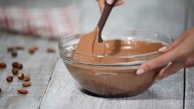 Preparação da musse de chocolate Fazendo o bolo da musse vídeos de arquivo