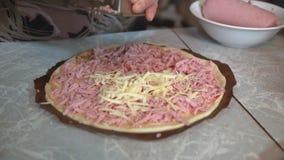 Preparação da pizza caseiro em uma mesa de cozinha clara, tiro do close-up video estoque