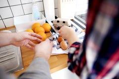Preparação da refeição em uma cozinha Imagem de Stock Royalty Free