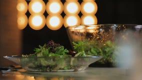 Preparação da salada do aperitivo durante o cozimento da mostra, canal culinário, receitas video estoque