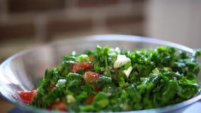 Preparação da salada do pepino do tomate e dos verdes com azeite, movimento lento vídeos de arquivo