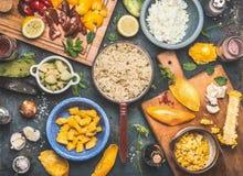 Preparação da salada do Quinoa com os vegetais e os frutos que cozinham ingredientes no fundo rústico escuro, vista superior Supe Fotografia de Stock Royalty Free
