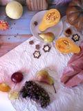 Preparação da sobremesa da abóbora, do fruto e do chocolate para um jantar sazonal festivo imagens de stock royalty free