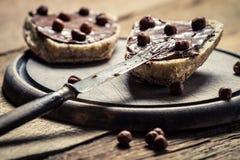 Preparação de sanduíches da manteiga de amendoim com avelã Imagens de Stock