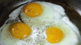 Preparação de três Fried Eggs vídeos de arquivo