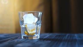 Preparação de um serviço da limonada ou do cocktail filme