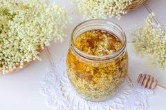 Preparação de um xarope natural da flor da pessoa idosa com mel imagens de stock royalty free