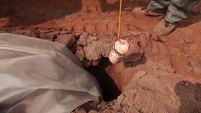 A preparação de uma explosão na pedreira, trabalhadores está preparando as cargas, mineração do minério de ferro na pedreira, min vídeos de arquivo
