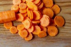 Preparação de vegetais coloridos na placa de corte imagens de stock royalty free