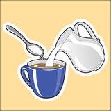 Preparação do café com leite e açúcar O leite é adicionado ao coff Imagem de Stock Royalty Free