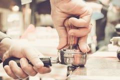 Preparação do café por Barista no café imagens de stock royalty free