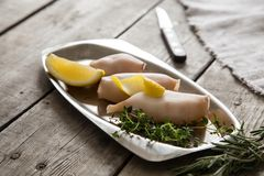 Preparação do calamar e de ingredientes crus na tabela imagens de stock