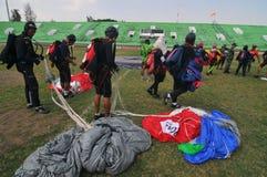 Preparação do campeonato de salto de paraquedas militar do mundo Fotos de Stock