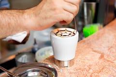 Preparação do cappuccino Imagem de Stock