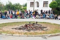 Preparação do carvão vegetal para dançar nos jogos de Nestinarski em Bulgária Fotografia de Stock