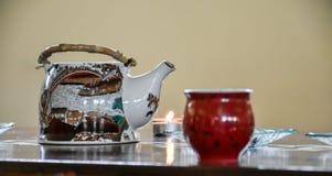 Preparação do chá chinês - a tabela ajustou-se com uma chaleira, copos, cand Imagens de Stock