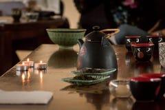 Preparação do chá chinês - a tabela ajustou-se com uma chaleira, copos, cand Fotografia de Stock Royalty Free