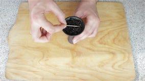 Preparação do cigarro para a bacia do cachimbo de água filme