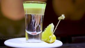 Preparação do cocktail alcoólico, fim acima, movimento lento vídeos de arquivo