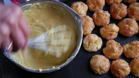 Preparação do creme de pastelaria em uma bacia, pastelaria do creme do ingrediente filme