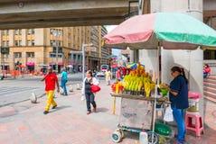 Preparação do fruto pronto para comer no centro de Medellin Fotos de Stock