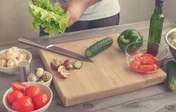 Preparação do homem da salada Foto de Stock
