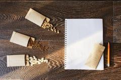 preparação do jardim da mola para semear as sementes vegetais imagem de stock royalty free