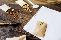 preparação do jardim da mola para semear as sementes vegetais imagens de stock