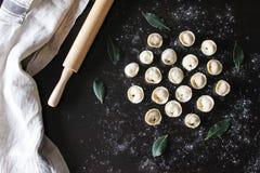 Preparação do pelmeni Vista superior Ingredientes na tabela preta Culinária russian tradicional fotos de stock royalty free