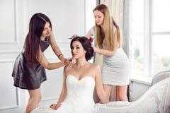 Preparação do penteado da composição do ` s da noiva imagem de stock