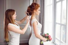 Preparação do penteado do ` s da noiva imagens de stock royalty free