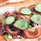 Preparação do shawarma Carne com vegetais em um bolo do pão Fast food imagens de stock royalty free