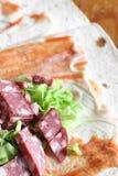 Preparação do shawarma Carne com vegetais em um bolo do pão Fast food fotografia de stock royalty free