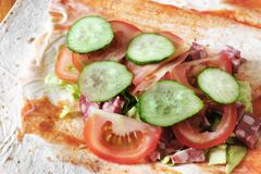 Preparação do shawarma Carne com vegetais em um bolo do pão Fast food foto de stock