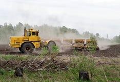 Preparação do solo para a sementeira Foto de Stock