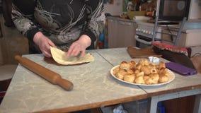Preparação do teste para a pizza caseiro em uma mesa de cozinha clara filme