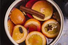 Preparação do vinho ferventado com especiarias no fogo imagem de stock royalty free