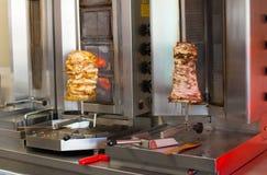 Preparação dos giroscópios do pão árabe imagens de stock royalty free