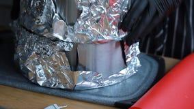 Preparação dos moldes para a camada de cozimento do bolo, o processo completo de fazer um bolo, metragem conservada em estoque vídeos de arquivo