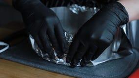 Preparação dos moldes para a camada de cozimento para o bolo, o processo completo do bolo de fazer um bolo, metragem conservada e vídeos de arquivo