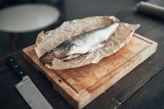 Preparação dos peixes frescos na placa de corte, close up Fotografia de Stock Royalty Free