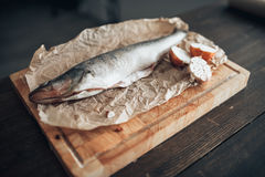Preparação dos peixes frescos na placa de corte, close up Foto de Stock