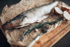 Preparação dos peixes frescos na placa de corte, close up Imagem de Stock