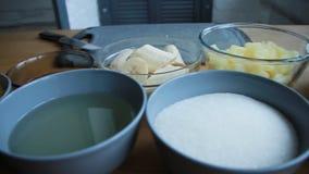 Preparação dos produtos para fazer um bolo, o processo completo de fazer um bolo video estoque