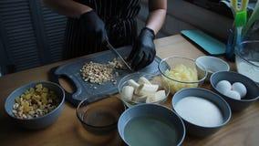 Preparação dos produtos para fazer um bolo, o processo completo de fazer um bolo, metragem conservada em estoque filme